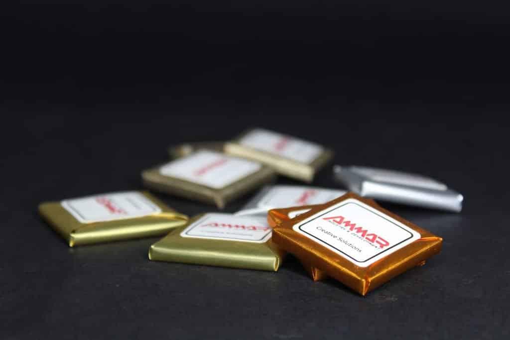 لصق الليبل على الوجه المسطح لحبات الشوكولا